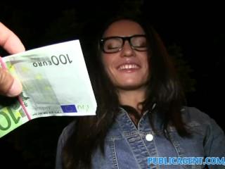 Brunetka si zašuká za peniaze vnoci vonku