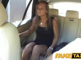 Slečna si užije jazdu v taxíku