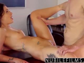 Sexy bruneta twrkuje na penise