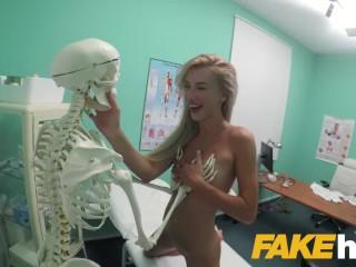 Bláznivá blondínka na návšteve falošného lekára
