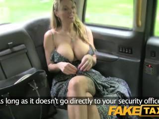 FakeTaxi MILFka s obrovskými prsiami sa hra s penisom