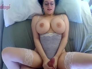 Sexy cica pri sexe ukazuje svoje prsia