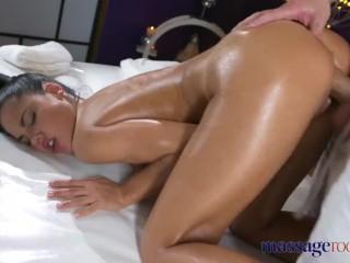 Sexy Španielka si užije erotickú masáž