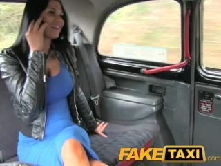Kráska počas jazdy zvedie taxikára