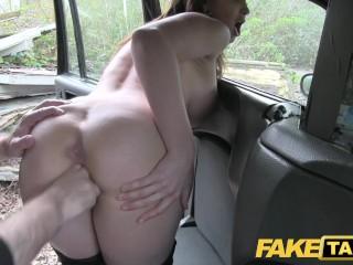 Sex s nadržanou brunetkou v taxíku