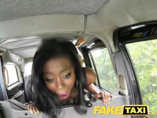 Nadržaná čierna cica vo FakeTaxi