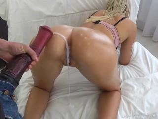 Lolitka si užíva obrovský umelý penis