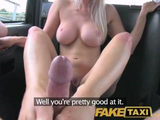 Taxikár vykláti blondínu na zadnom sedadle