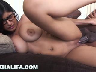 Pornohviezdu šuká obrí čierny penis