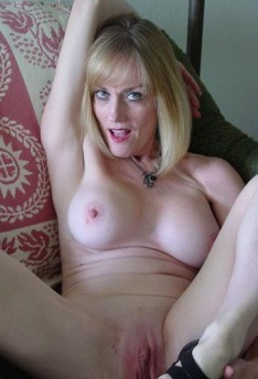 Mature mom tries porn to make her juices flow 2