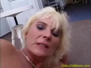 Une vieille mère blonde folle se fait baiser par une grosse queue et éjaculer dessus