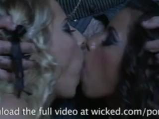 Les belles et sexy Lupe et Madison baisent et sucent pour une grosse faciale