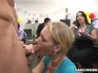 a calientes chicas en oficina les gusta el pastel y la verga