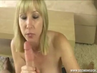 Une maman blonde suce la grosse érection de son filleul.
