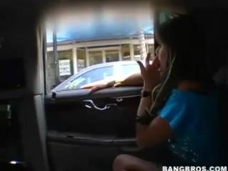 Rachel Roxx transforme la voiture en club de striptease