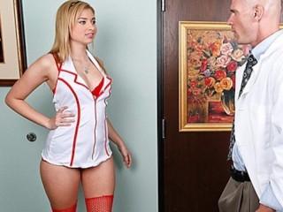 Великолепная блондинка-подросток Молли Беннетс с натуральными сиськами трахает доктора