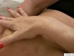 Sexy mature mom cums on her fingers