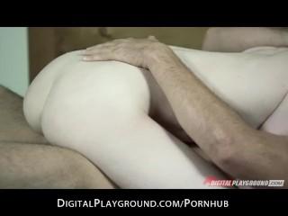 La brune Stoya aime qu'on joue avec son cul et le sexe brutal