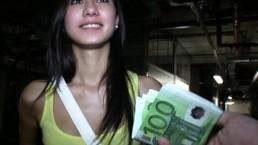 Estudante morenha queridinha troca sexo por dinheiro extra