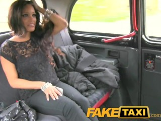 FakeTaxi - Kleine jonge diep betaalt voor haar misdaden