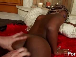 Zwart Spaans meisje houdt van een blanke lul