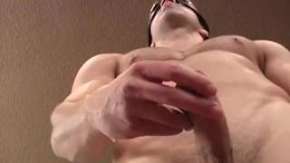мускулистый парень дрочит свое-вш1