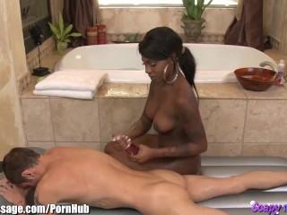 Zwarte schoonheid geeft sensuele zeep-massage