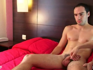 Straight guy get wanked his huge cock by a gay guy !