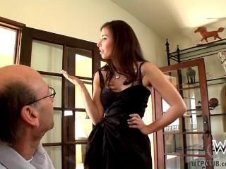 WCPClub Sexy mere au foyer brune Casey Calvert prend une grosse bite noire en anal