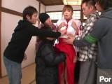 [無修正] 処女の巫女は縁起物!?神聖な神社でオナニーしているところを写真に撮られてしまった巫女が男達に脅迫レイプされちゃう!