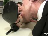 [無修正]部下のロリ巨乳OLに社長の男が屈服させられてしまい…役職が相当下の女性の足を舐めさせられてしまいます。