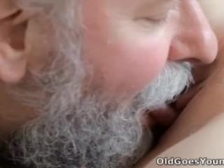 Imagen De edad Va de los Jóvenes – Ilona y su hombre está compartiendo un buen momento