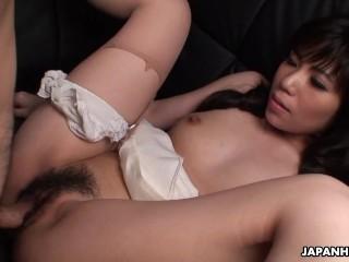 Une nana asiatique suce une queue et se fait prendre en levrette
