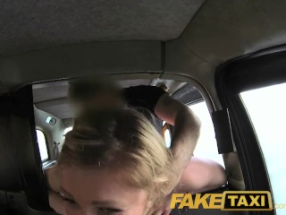FakeTaxi - Une passagère offre une fellation pour payer sa course