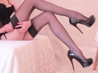 ХХХ порно - Эстель-два: горячая красотка мастурбирует ее муж с ней Panthyhose! Он кончает на ее ноги!
