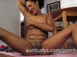 Ebony MILF Carmen masturbates after her workout