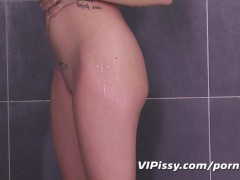 Flexible hottie showers her boyfriend in hot piss