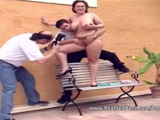 Imagen Tímido, nervioso BBW es fotografiado y jugó con dos hombres