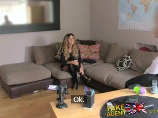 Ragazza va ad affrontare per la seconda volta un colloquio di sesso sul divano