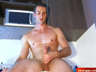The bick cock of my straight neighbour can be seen hard on video !