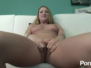 blonde hotties likes playing with her pussy