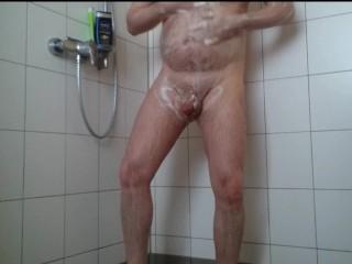 Nylonjunge in der Dusche