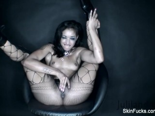 Skin Diamond plays with her wet pussy