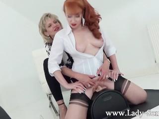 MILFs  Lady Sonia en Red XXX in hete lesbische Sybian masturbatie