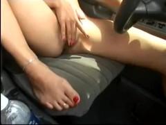Gran figa si masturba al volante