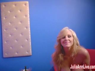 La Sexy MILF Julia Ann in uno spogliarello e scena solitaria