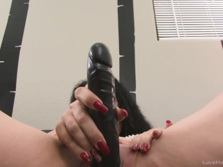 Raven milf with a nice ass toying hard