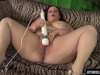 Curvy BBW Jordan Luxx fucks herself til orgasm