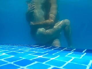 Sexo en la piscina. Sex water. Milf follada en plena piscina a plena luz. image