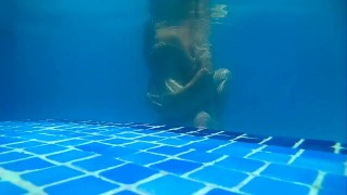 Sexo en la piscina. Sex water. Milf follada en plena piscina a plena luz.  amateur cuckold butt mother swiming pool beautiful sex sexart milf compilation sex in water swingers mom